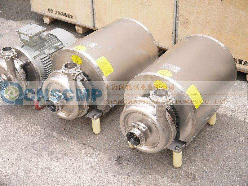 SLRP卫生级自吸泵是特别设计用来处理含有一部分气体的流体物料。此类泵可广泛应用于食品、酒类、化工、制药及类似要求的应用场合,特别是在CIP就地清洗系统中用作回程泵。卫生型自吸泵由电动机、泵轴、机械压紧夹套、卫生机械密封、连接支座、后板、泵壳组成。是专为CIP而设计的回流泵。具有用于保护电动机的不锈钢护罩,,并且整个装置由四个可调整的支脚支撑。配备有一套外置式单端面机械密封。机械密封的静环由不锈钢和碳化硅或钨合金材料制成,动环由不锈钢石墨或钨合金制成。 一、卫生级自吸泵技术参数: 应 用